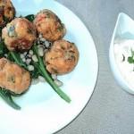 Κεφτέδες ψαριού πάνω σε σέσκουλα – Φασόλια μαυρομάτικα με ταραμοσαλάτα